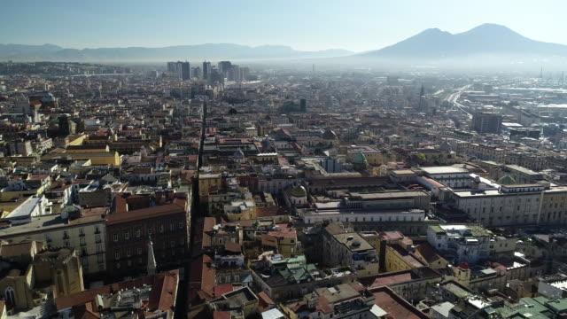 ヴェスヴィオ・ボルカンを背景にしたナポリのエーレアルビュー。4k - ナポリ点の映像素材/bロール