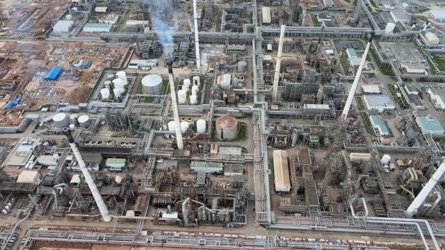 東南アジアの石油精製所または化学工場のトップダウンビューで空中4kドローンpov日没 - 石油点の映像素材/bロール