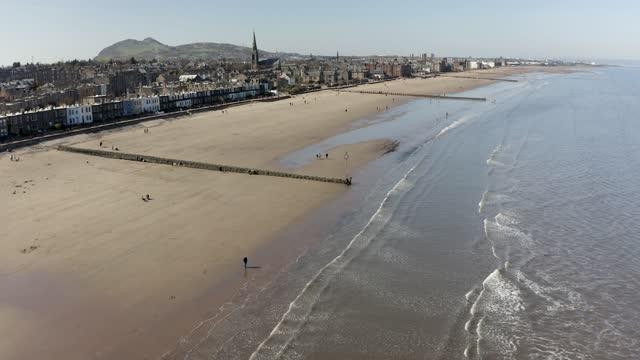 aerial 4k footage of portobello beach in scotland, uk - küstenlandschaft stock-videos und b-roll-filmmaterial