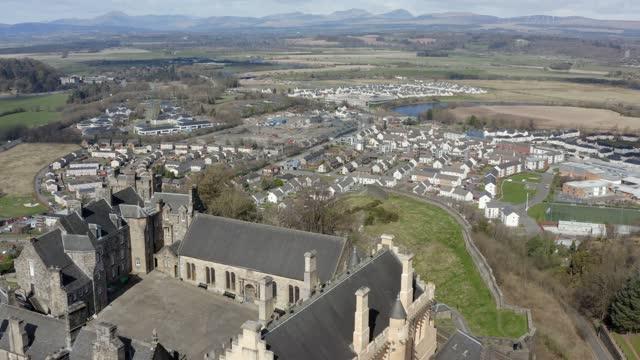 stockvideo's en b-roll-footage met aerial 4k footage of stirling castle, scotland. uk - scottish culture