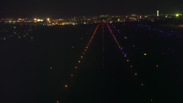 vidéos et rushes de aerial 4k night shot over japan - piste d'envol