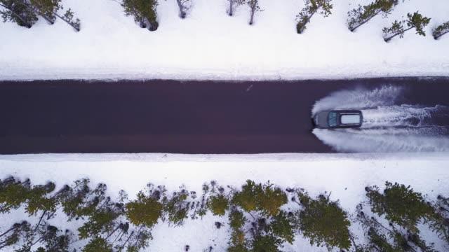 Luchtfoto 4K: kleine SUV racen door ingestroomd Water in de Winter