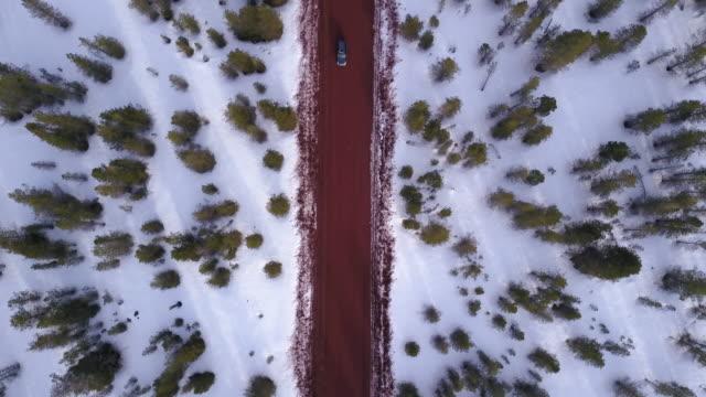 vidéos et rushes de aerial 4k: vue de haut en bas d'une voiture sur une route de terre - étendue sauvage état sauvage