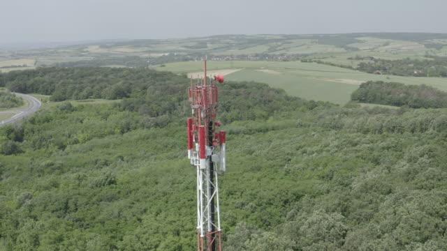 4k aerial-5g/lte antenna in einem land - schiffsmast stock-videos und b-roll-filmmaterial