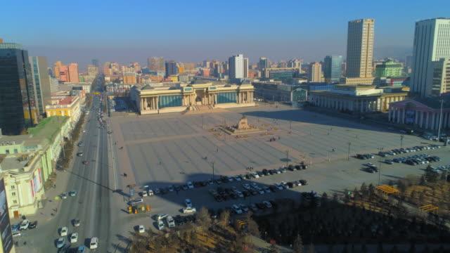 vídeos de stock e filmes b-roll de aerial: a parliament building in sukhbaatar square downtown ulaanbaatar - ulan bator