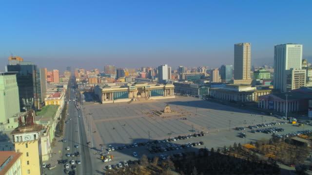 vídeos de stock e filmes b-roll de aerial: a parliament building in sukhbaatar square - ulaanbaatar, mongolia - ulan bator