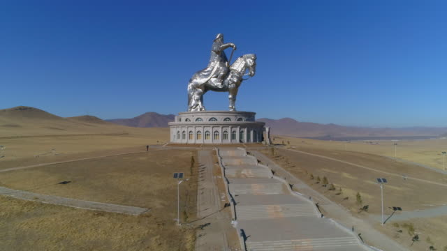 vidéos et rushes de aerial: a tall statue of genghis kahn on top of a museum - ulaanbaatar, mongolia - haut