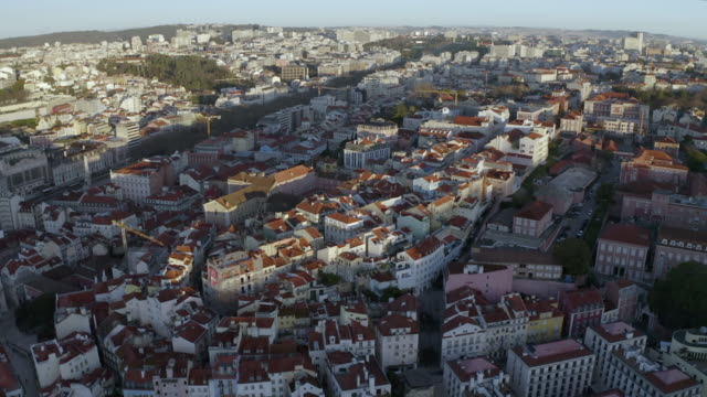 vídeos y material grabado en eventos de stock de aerial: a very crowded city of buildings in lisbon - vista elevada