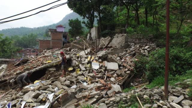 vídeos de stock e filmes b-roll de aerial above street, rubble, destruction, people in street, may 2015, nepal - sismo