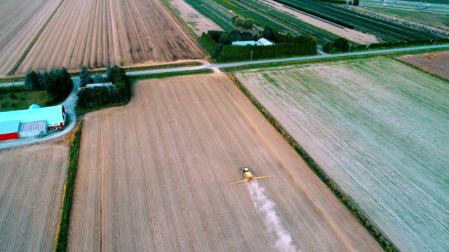 aerial action - spreading fertilizer high panoramic view - fertilizer stock videos & royalty-free footage