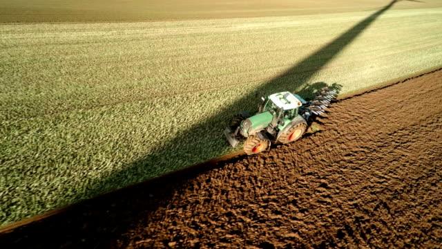 luftaufnahme: die landwirtschaft - pflug stock-videos und b-roll-filmmaterial