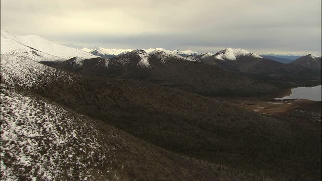 vídeos de stock e filmes b-roll de aerial alaska usa alaskan national park lake logging - remote location