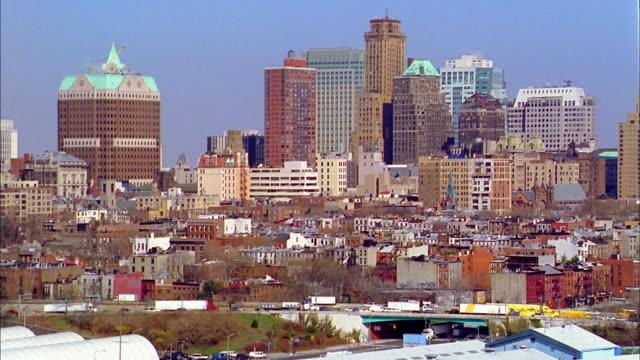 vidéos et rushes de aerial along bqe in brooklyn w/queens skyline in background - queens