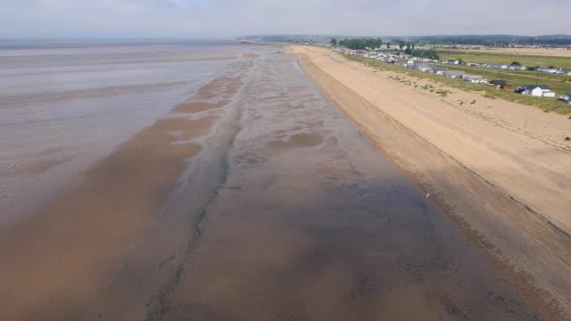 vídeos de stock, filmes e b-roll de aerial along heacham beach - norfolk east anglia