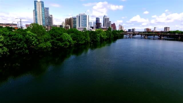 vídeos de stock e filmes b-roll de antena ao longo da margem do rio colorado em austin, texas cidade lago - town