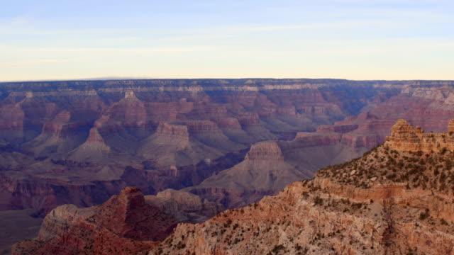 vídeos de stock, filmes e b-roll de aerial: amazing grand canyon in grand canyon, az - desfiladeiro
