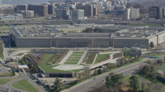 aerial approach on the pentagon, daytime washington d.c. - ministero della difesa video stock e b–roll