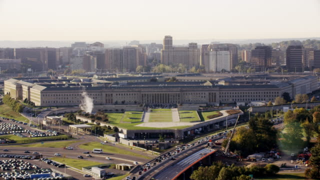 aerial approach on the pentagon in washington dc, daytime - ministero della difesa video stock e b–roll