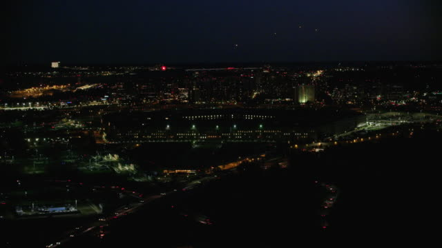 vídeos de stock e filmes b-roll de aerial approach on the pentagon in washington d.c., night - arlington virgínia