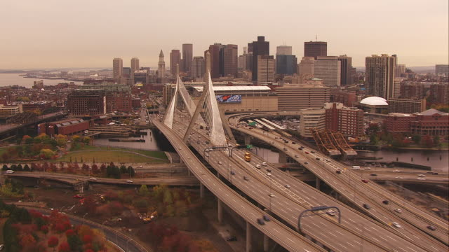 vídeos de stock, filmes e b-roll de aerial approach to bridge in boston - boston massachusetts