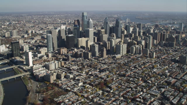 aerial approach to downtown philadelphia, pa. shot in 2011. - rathaus von philadelphia stock-videos und b-roll-filmmaterial