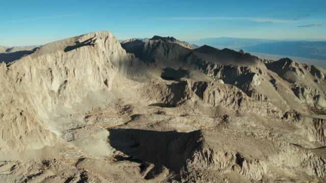 vídeos de stock, filmes e b-roll de aerial approach to the steep eastern slope of mount whitney in the high sierras, california. - ponto de referência natural