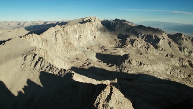 vídeos de stock, filmes e b-roll de aerial approach to the summit of mount whitney. - ponto de referência natural