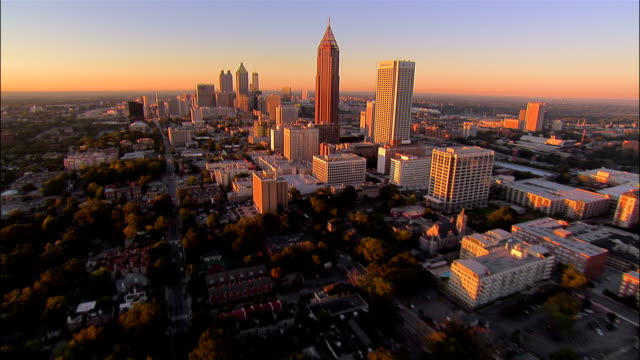 aerial approaching downtown/ bank of america plaza/ traffic on motorway/ suntrust plaza/ atlanta, georgia - georgia stati uniti meridionali video stock e b–roll
