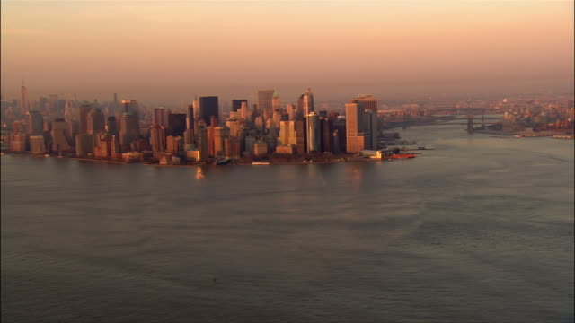 aerial approaching lower manhattan and battery park from new york harbour/ new york, new york - porto di new york video stock e b–roll