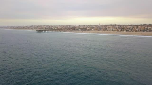 vídeos de stock e filmes b-roll de aerial approaching manhattan beach pier - belveder
