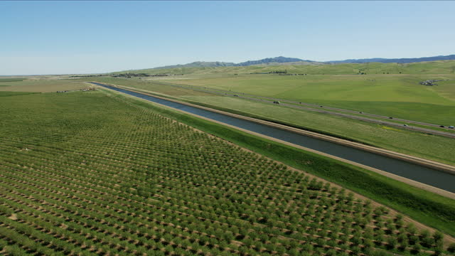 stockvideo's en b-roll-footage met aerial aqueduct natural organic crops growing central valley - aquifer