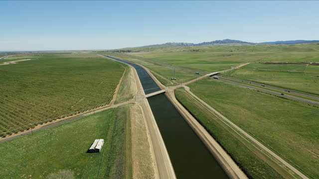 stockvideo's en b-roll-footage met aerial aqueduct organic farm land crops growth america - aquifer