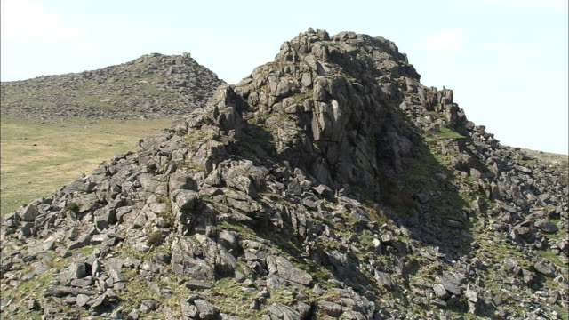 vidéos et rushes de aerial around exposed granite tor, dartmoor, uk - outcrop