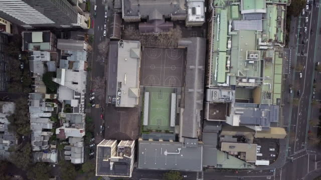 aerial ascend: sport courts in middle of busy city, sydney, australia - スポーツコート点の映像素材/bロール
