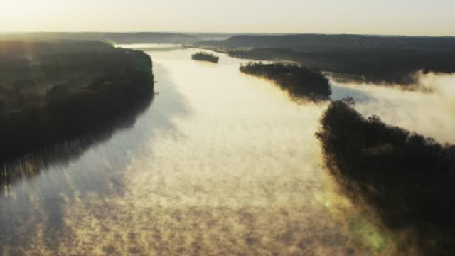 vídeos y material grabado en eventos de stock de aerial at sunrise of potomac river with small fishing boat - río potomac