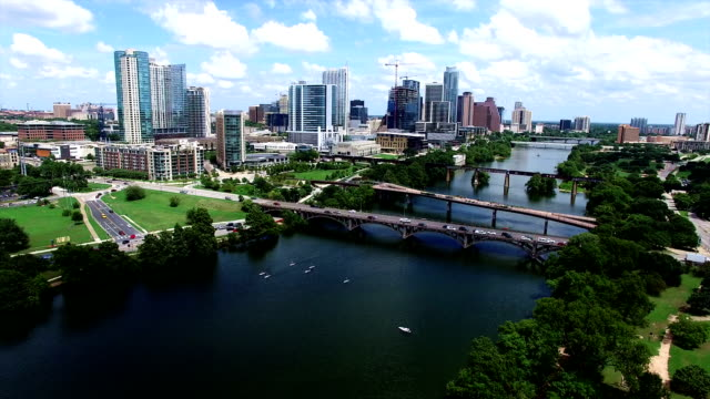 vídeos de stock e filmes b-roll de aerial austin texas over town lake with kayakers and summer time fun playing in the water - town