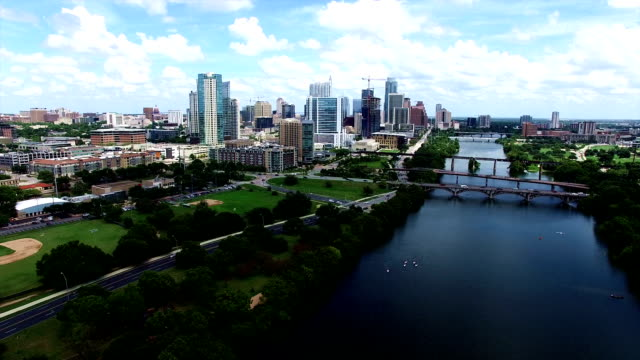 vídeos de stock e filmes b-roll de aerial: austin texas skyline cityscape flying over town lake with texas hill country landscape surrounding gorgeous city - town