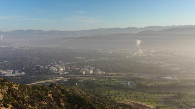 vídeos y material grabado en eventos de stock de aerial back: the hollywood sign and north los angeles at sunset - hollywood, california - santa monica los ángeles