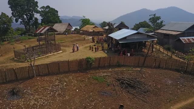 vídeos y material grabado en eventos de stock de aerial backward: small village in myanmar with locals gathered outdoors - pequeño