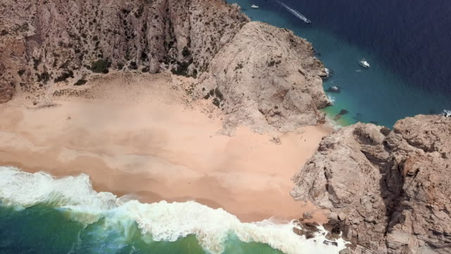 vídeos de stock e filmes b-roll de aerial backward: untouched beach of mexico - península de baixa califórnia