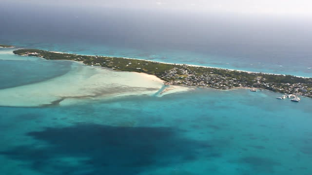 stockvideo's en b-roll-footage met aerial bahamas low flight harbor island - bahama's
