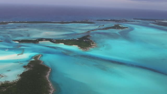 aerial bahamas low flight - karibik stock-videos und b-roll-filmmaterial
