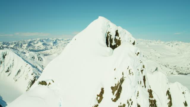vidéos et rushes de aerial barren landscape and snow capped mountains alaska - mountain range