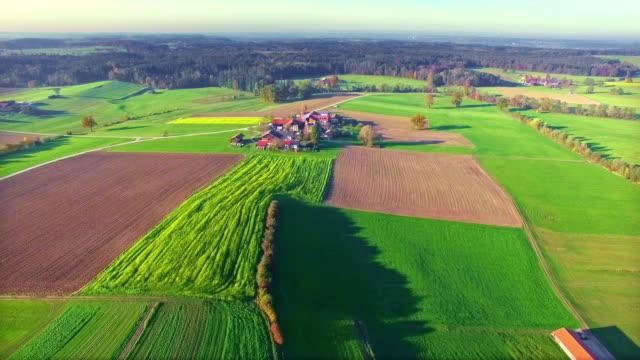 Antenne: Bayerische Landschaft im Herbst