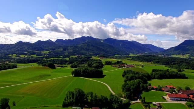 Antenne: Bayerische Landschaft im Sommer