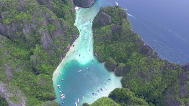 vidéos et rushes de aérien: île de plage - antennes