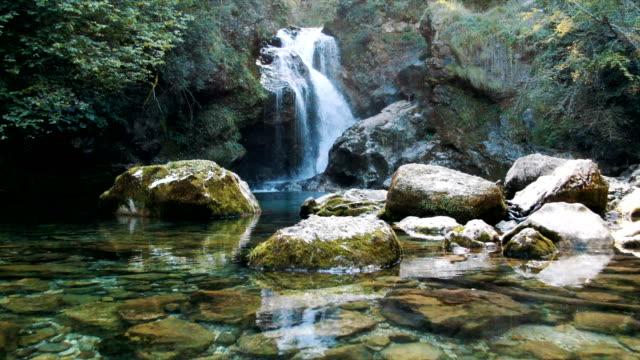 vídeos de stock e filmes b-roll de aerial / beautiful emerald color water in vintgar gorge - eslovénia