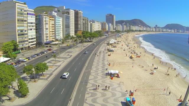 vídeos de stock, filmes e b-roll de aerial: beautifully designed side walk of beach - calçada