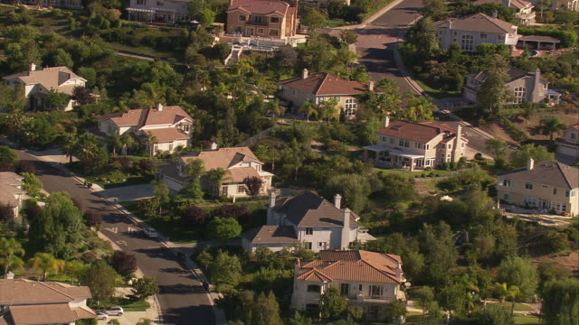 vidéos et rushes de aerial ts beverly hills mansions / los angeles, california, united states.    - quartier résidentiel