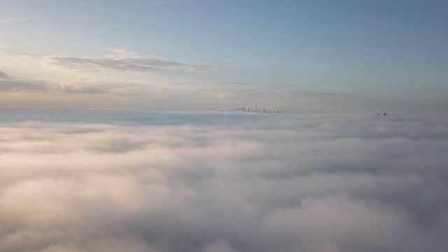 luftbild - vogelperspektive von toronto city (ontario, kanada, nordamerika) aus einem flugzeugfenster: fliegen über den wolken und sehen den cn-turm - cn tower stock-videos und b-roll-filmmaterial